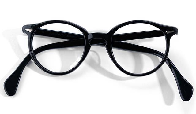 <strong>1940's American Optical|アメリカン オプティカル</strong><br/> ボストン型の眼鏡にも、セルフレームのモデルが登場してきた1940年代。写真は「アメリカン オプティカル」によるものだ。「ザイル」という素材が採用されており、現在使われているセルロースやアセテートと比較して油分を多く含むので、独特の光沢をもつ。また乾燥による経年劣化も起きにくく、現在においても、十分な強度を保ったまま長年の使用に耐える。アメリカ製。価格は問合せ(ソラックザーデ Tel. 03-3478-3345)