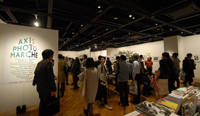 <strong>AXIS GALLERY|アクシスギャラリー</strong><br />「AXIS PHOTO MARCHE 2(AXIS フォトマルシェ 2)」 昨年開催された「AXIS フォトマルシェ」会場の様子