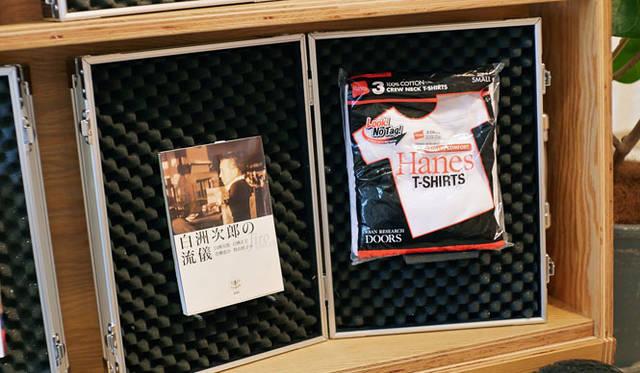 <strong>URBAN RESEARCH DOORS|アーバン リサーチ ドアーズ</strong><br />「URBAN RESEARCH DOORS(アーバン リサーチ ドアーズ)虎ノ門店」内の「SOMOSOMO BOOKS(そもそも ブックス)」