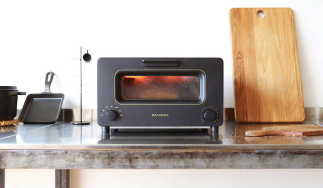 "<p class=""flash-main"">完璧な温度制御でパンの風味がよみがえる</p> <p class=""flash-sab"">BALMUDA 最高の香りと食感を実現する究極のトースター</p>"