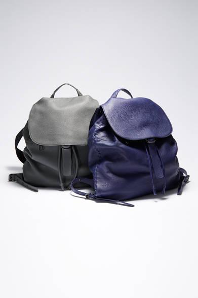 バックパックは「ボッテガ・ヴェネタ」の今季的な着こなしを完成させる重要なアイテム。チェルボレザーで仕上げられたバッグは、上質な素材だけが醸し出す、くったりとした柔らかなニュアンスがリュクスさを物語る。 <br><br>  バッグ[W43×H42.5×D19cm]各39万4200円/ボッテガ・ヴェネタ <br><br> <strong>< イベント情報 ></strong><br> 控えめな美しさ、品質、職人技......。「ボッテガ・ヴェネタ」は1966年にイタリア・ヴェネト地方に創設されて以来、ラグジュアリーの新たなスタンダードを作り上げてきたブランド。今回、開催されるコレクションでは、メンズのバッグを中心に、イベントのためだけに特別に用意されたアイテムを展開。 <br><br>  期間/6月24日(水)〜30日(火) <br> 場所/阪急メンズ大阪1階 特設スペース <br><br>