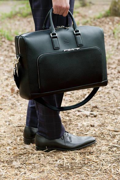 上質なレザーを使ったブリーフケースは、ビジネススタイルを格上げする存在感が魅力。パターンワークとステッチでエッジを立たせたデザインも端正でスーツと好相性。前面のポケットにはカードホルダーやペンホルダーも装備。 <br><br>  バッグ[W40×H28×D13cm]30万4560円/グッチ<阪急メンズ大阪2階><阪急メンズ東京1階>