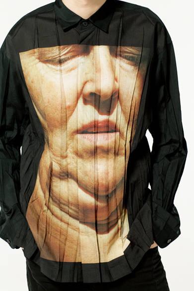 2015年秋冬コレクションでも発表された、写真家藤原聡志氏とのコラボレーションシリーズ。アート作品をプリントしたシャツは独創性の高い仕上がりで、コーディネートに唯一無二の個性をプラスしてくれる。 <br><br>  シャツ3万9960円※7月上旬入荷予定/イッセイ ミヤケ メン<阪急メンズ大阪3階><阪急メンズ東京3階>