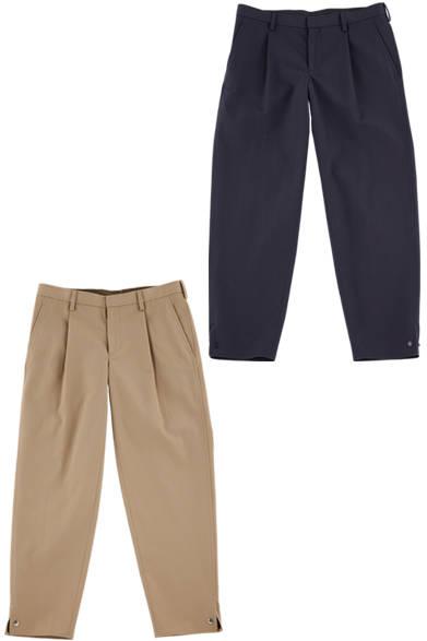 エレガンスの中にも、力の抜けたリラックス感があるのが「カラー」の魅力。なかでも強撚糸を使ったワンタックのテーパードパンツは、裾にスナップボタンがついたデザインで、着こなしに軽快なイメージをもたらしてくれる。 <br><br>  パンツ各3万8880円/カラー<阪急メンズ大阪2階『ガラージュ D.エディット』>