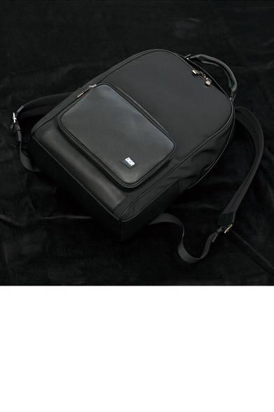 カレッジテイストを象徴するアイテムとして登場したバックパックは、ラグジュアリーとスポーツテーストが融合。シボ入りの上質なフレンチカーフとキャンバスをミックスしたデザインは、今季らしさを薫らせる小物として手に入れておきたい。 <br><br>  バッグ[W28×H45×D17cm]32万4000円/ディオール オム<阪急メンズ大阪2階>