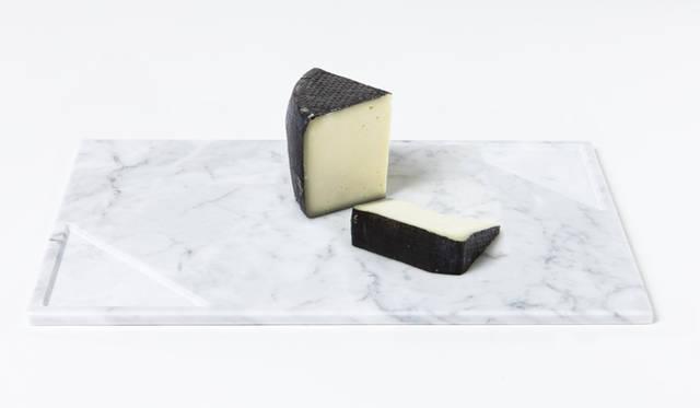 <strong>LIVING MOTIF|リビング・モティーフ</strong><br />「SCANDOLA MARMI(スカンドラ マルミ)」 トレイ(S:W25×D25cm)1万6200円、(L:W40×D25cm)2万5920円(カラー:ブラック・ホワイト)