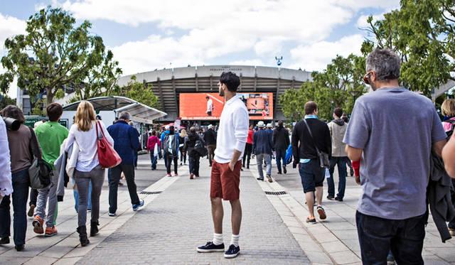メインストリートの正面に位置する、コート「スザンヌ・ランラン」を仰ぎ見るリヒト氏。美しいスタジアム建築も、ローラン・ギャロスならではのもの