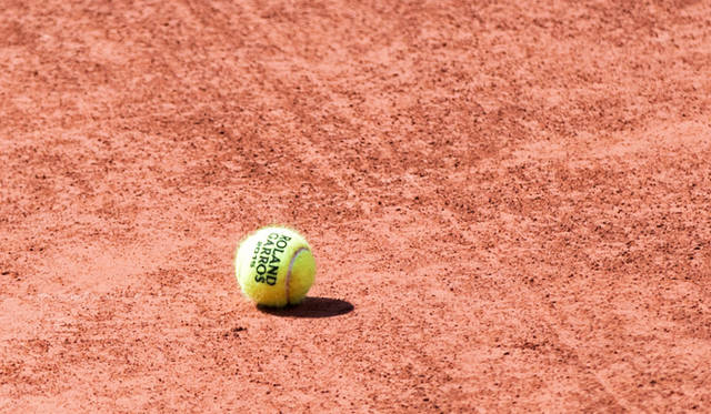 ローラン・ギャロスのロゴ入り硬式球。なんと実際のゲームで使用されたもの、つまり赤土付きのボールが、会場内のブティックで購入可能だ。お土産にもおすすめ