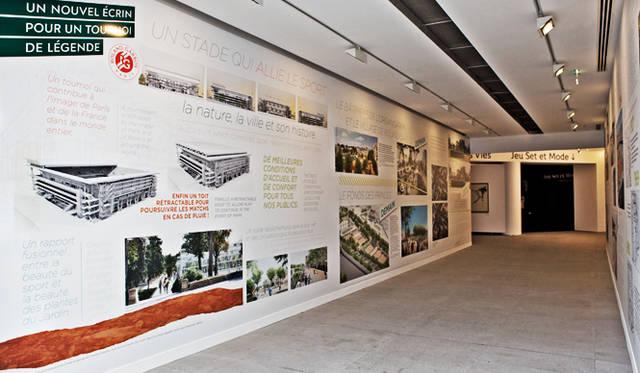 「ローラン・ギャロス・テニス博物館」の廊下壁面にには、ローラン・ギャロスの歴史が年表形式で描かれている