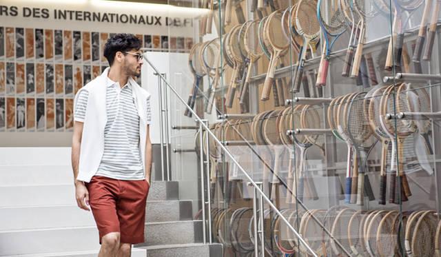 テニスというスポーツの象徴であり、その競技レベルの向上と密接に結びつくアイテムでもあるのが、ラケットだ。「ローラン・ギャロス・テニス博物館」の階段脇ウインドウには、往年の名選手たちと苦楽を共にしたヴィンテージのラケットがずらり