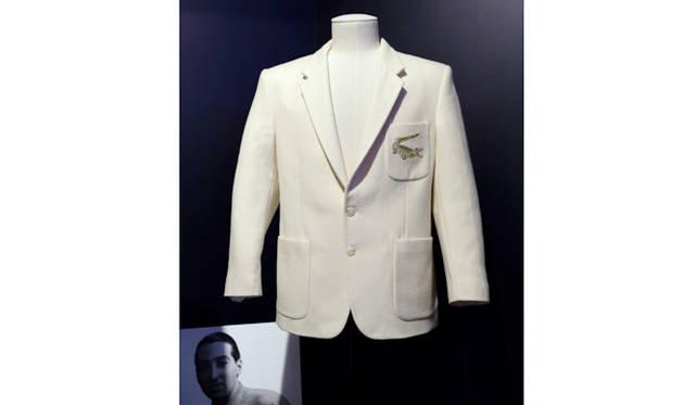 """1926年に開催されたデビスカップの際に、はじめてルネ・ラコステが着用したと言われている、""""ワニ""""刺しゅう入りのホワイトブレザー。このワニをデザインしたのは、ルネの友人だったロベール・ジョルジュ"""