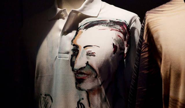 ファッションデザイナーの巨匠、カール・ラガーフェルドによるアーティスティックなポロシャツ
