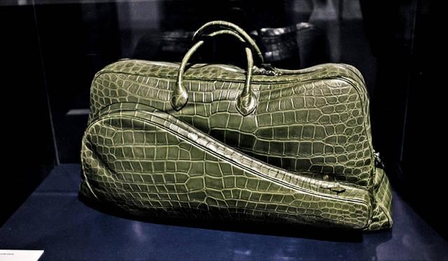 ラコステの80周年を記念し、「エルメス」が制作したラケットバッグは、最高級のクロコ素材(ワニ革)を惜しげもなく使用。ラコステらしい遊び心と、エルメスならではの至高のクラフツマンシップが融合した、究極の逸品だ