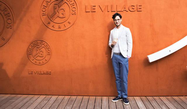 フレンチオープンの代名詞である、コートの赤土をイメージした「ヴィラージュ」の壁面の前で。ローラン・ギャロスのロゴを含めて凹凸のみで表現されたミニマルなデザインは、いかにも上品
