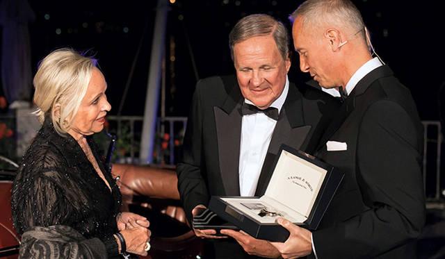 デイビッド・シドリック夫妻に「ランゲ1・タイムゾーン」を贈るA.ランゲ&ゾーネCEOのヴィルヘルム・シュミット氏