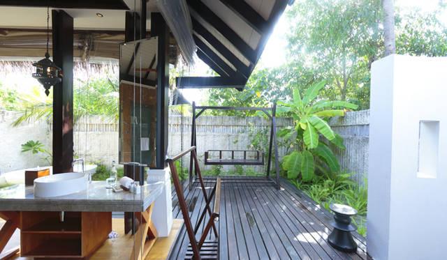 庭には楽園気分を盛り上げる、木製のブランコとバスタブが備えつけられている