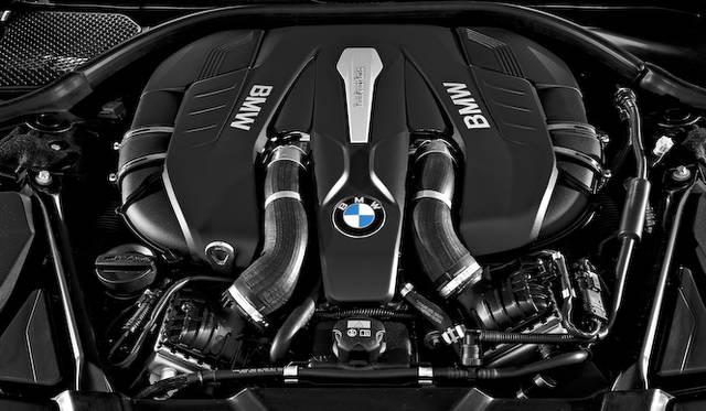 750i、750Liに搭載されるV8ツインターボエンジンは、最高出力330 kW(450 ps)/ 5,500-6,500 rpm、最大トルク650 Nm/ 1,800-4,500 rpmを発揮する