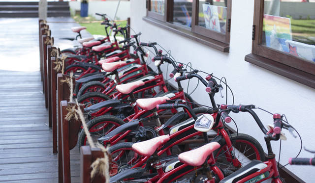 施設の前には、子ども用の自転車が