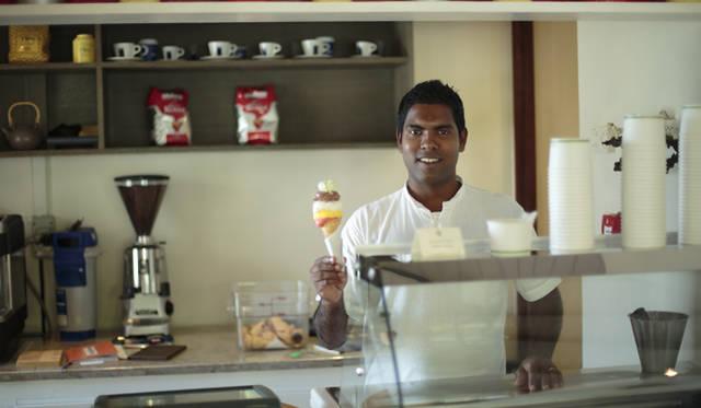 ココナッツやマンゴーなどのフレーバーを取り揃えた手作りアイスクリームの店