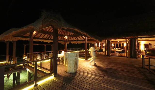 地中海料理の「フィネス」は、水上に建つレストラン。ロマンチックなディナーに最適だ