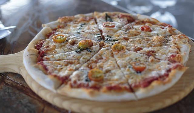 ホテル内のピザショップでは、ピザを1枚ずつ焼き窯で焼いてくれる