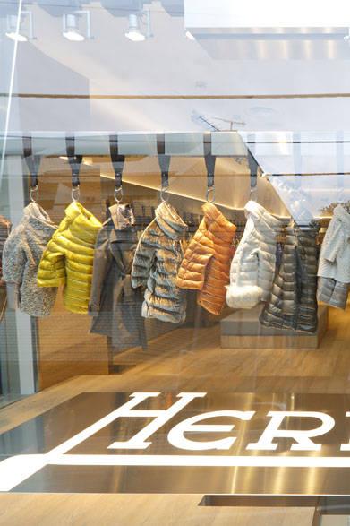 <strong>HERNO ヘルノ</strong><br />フラッグシップショップ「ヘルノ青山店」のディスプレイ