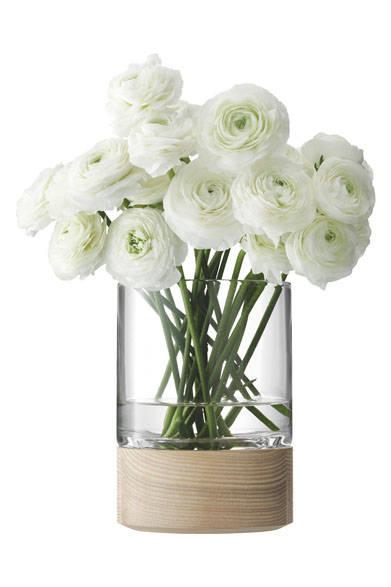 <strong>LSA|エルエスエー</strong><br />ウッドとガラスのコンビネーションが花の優しさを一層引き立てるプロダクト。「LOTTA VASE/LANTERN & ASH BASE(G991-24-301)」9504円(W130×D130×H180mm)