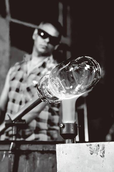 <strong>LSA|エルエスエー</strong>創設者のヤナス ルブコウスキーの生まれ故郷であるポーランドの高度な職人技術を駆使した、自社デザインのハンドメイドガラスウェアは、商品開発とデザインへの独創的なアプローチに重点を置いている