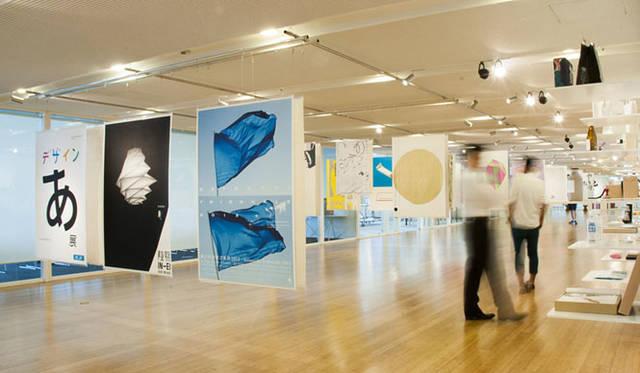 <strong>東京ミッドタウン・デザインハブ第52回企画展「日本のグラフィックデザイン2015」</strong><br />昨年の会場の様子