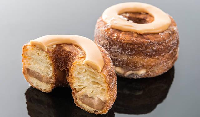 「クロナッツ®」<br>フランスのクロワッサンとニューヨークのドーナツを組み合わせた、ハイブリットスイーツの元祖。バターがたっぷり練りこまれたクロワッサン生地を揚げることで、外はサクサク、なかはふんわりの食感を実現。フレーバーは毎月1種類のみで、2度と同じフレーバーには出合えないため、要チェック。