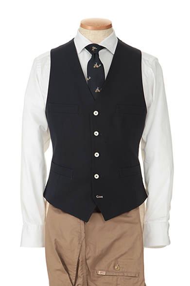 """<strong>ドレスのツボを押さえたヒネリ</strong><br />ほどよく開いたフレンチカラーで、男性らしさを伝える胸元。美しい光沢のシャツ地は、ジレとのコントラストでより上品な質感をはなつ。遊び心をプラスするのが、ベスパに乗った紳士のパターンのネクタイ。人物のモデルがマリネッラのオーナー、マウリッツィオ氏だという点にもユーモアが。<br/>(商品詳細はこちら <a class=""""link_underline"""" href=""""http://rumors.jp/fs/rumors/darknot/g020116"""" target=""""_new"""">ネクタイ</a>、<a class=""""link_underline"""" href=""""http://rumors.jp/fs/rumors/darknot/g020133"""" target=""""_new"""">シャツ</a>)</p>"""