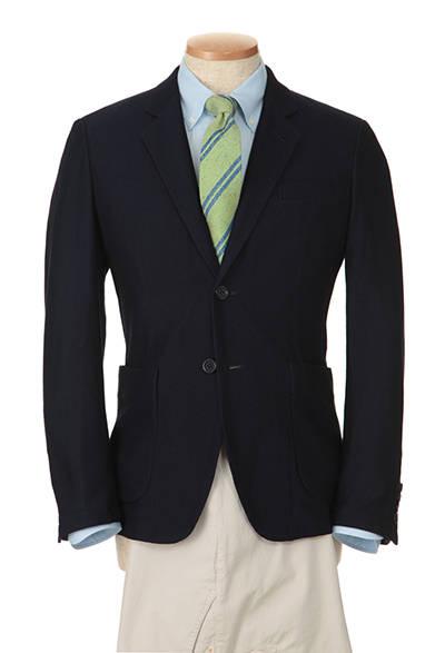 "<strong>季節感と遊び心を、軽快に表現</strong><br />濃紺のジャケットにサックスカラーのボタンダウンシャツというカジュアルなテーラードスタイルに、目の細かいピンオックスフォード素材のシャツを選び、ドレッシーな印象をくわえた。グリーンをベースとしたブルーのストライプ柄のネクタイは、立体感のある織りで着こなしに表情をあたえる。<br/>(商品詳細はこちら <a class=""link_underline"" href=""http://rumors.jp/fs/rumors/darknot/g020122"" target=""_new"">ネクタイ</a>、<a class=""link_underline"" href=""http://rumors.jp/fs/rumors/darknot/g020126"" target=""_new"">シャツ</a>)</p>"