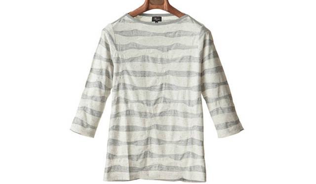 """「wave jacquard border 3/4 sleeve basque shirts」<br /> 襟から肩のラインをフライスでトリミングした、7分袖の変形ボートネックのバスクシャツ。生地は凹凸のあるウェーブボーダーが特徴。9180円<a class=""""link_underline"""" href=""""http://rumors.jp/fs/rumors/harriss/g020289"""" target=""""_new"""">(商品詳細はこちら)</a>"""