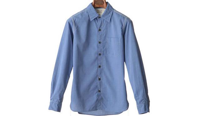 "「regular work reverse seam shirts」<br /> ステッチの下糸をあえて表に出したガゼット付きのシャツ。ヨーク裏、ハンガーループガゼット、前立て裏に生成りのスレキを使用。1万5120円<a class=""link_underline"" href=""http://rumors.jp/fs/rumors/harriss/g020287"" target=""_new"">(商品詳細はこちら)</a>"