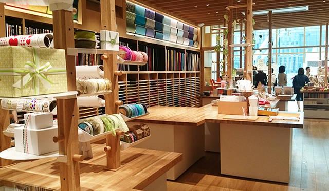 銀座・伊東屋 新本店ビル8F:ハンドクラフトが楽しめる豊富なグッズを用意。ギフト包装のサービスが7Fで提供されており、専門スタッフが相談に乗ってくれる
