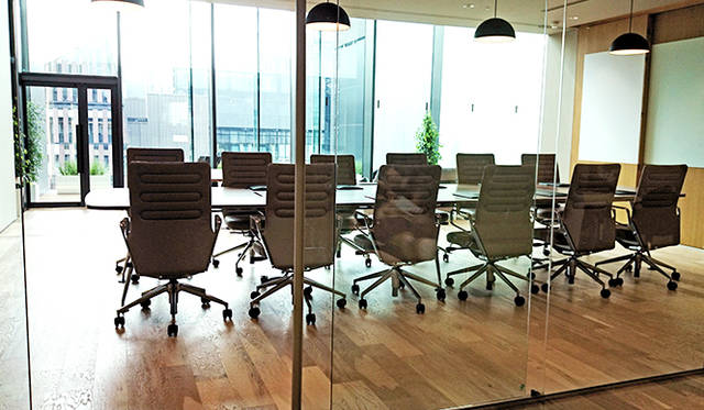 銀座・伊東屋 新本店ビル10F:「HandShake Lounge」は、「Vitra(ヴィトラ)」のファブリックで揃えられた明るい貸し出しスペース。ビジネスシーンの契約までの流れをイメージしたレイアウトを基調にしている