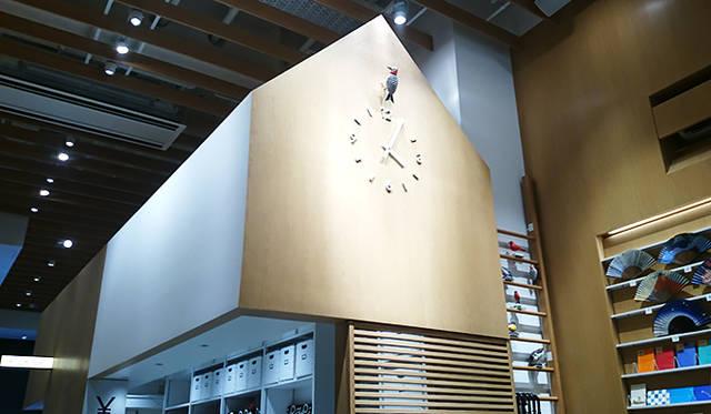 銀座・伊東屋 新本店ビル1F:イラストレーターのチャーリー・ハーパー氏によるキツツキのからくり時計。1時間ごとに稼働するギミックが来店者を楽しませてくれる