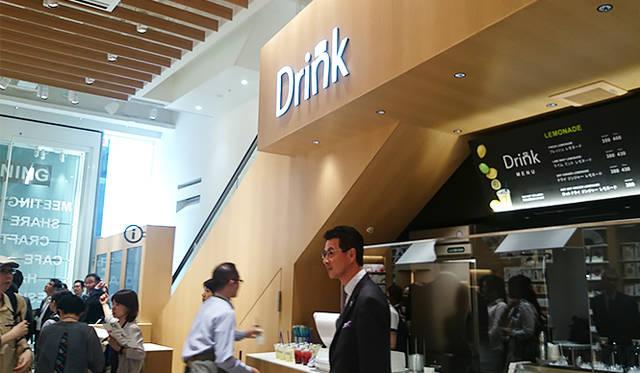 """銀座・伊東屋 新本店ビル1F:スタンドバー形式の「Drink」では、ソフトドリンクを提供。「Drink」のロゴは、""""ink""""にかけた伊東屋らしいデザインで描かれる"""