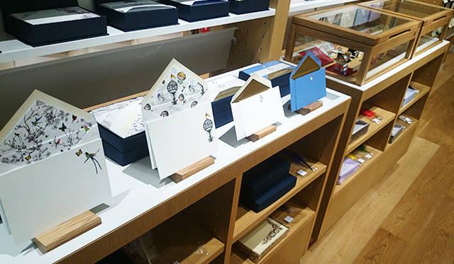 銀座・伊東屋 新本店ビル2F:多彩なレターセットが並ぶ