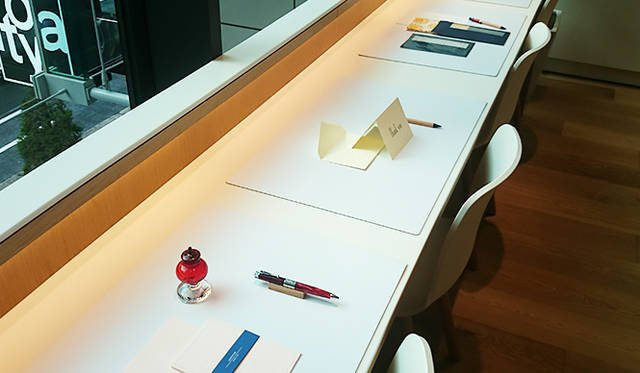 銀座・伊東屋 新本店ビル2F:来店者が手紙をその場で書くことができるスペースを用意