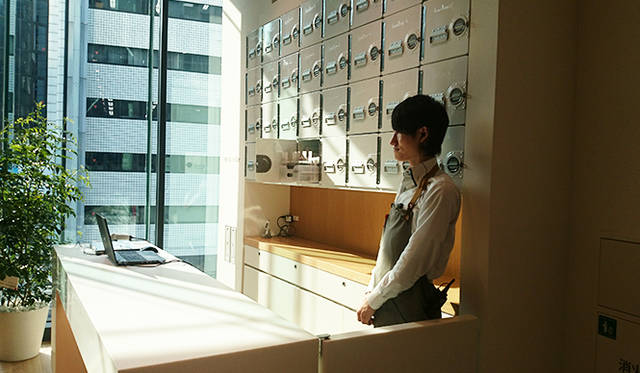 銀座・伊東屋 新本店ビル3F:Pen&Ink Barと名付けられたスペースで、交換用インクを提供。ボックス内にはインクがストックされている