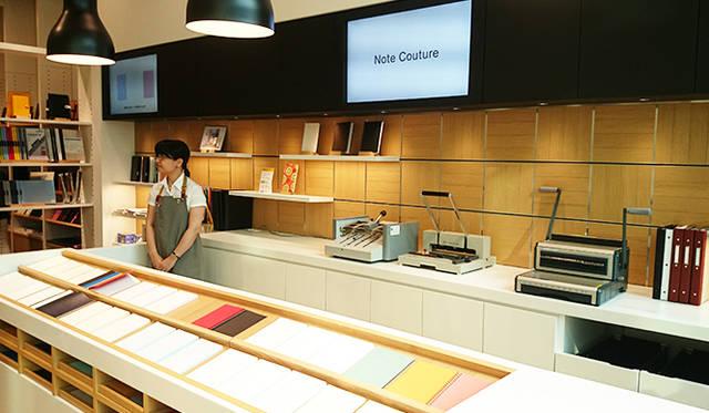 銀座・伊東屋 新本店ビル4F:Note Couture(ノートクチュール)のスペースでは、表紙・中紙を選んで、オリジナルの組み合わせのノートをオーダーできる