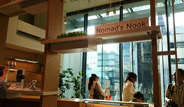 銀座・伊東屋 新本店ビル5F:外出中に来店したワーカーのためのノマドスペースを用意