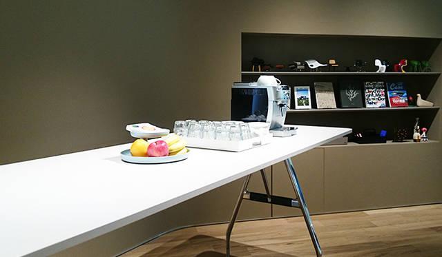 銀座・伊東屋 新本店ビル10F:「HandShake Lounge」は、「Vitra(ヴィトラ)」のファブリックで揃えられた明るい貸し出しスペース。コーヒーメーカーなど、ビジネスミーティングに欠かせないアイテムも揃えている
