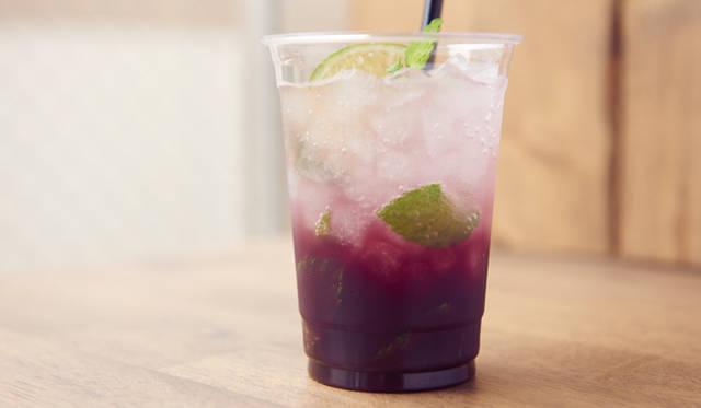 """Sparkling """"Style MAUVE""""「ブルーベリーと炭酸割りコーヒー」<br>きび糖を入れてブレンダーにかけたブルーベリージュースと、ハリアーブレンドを掛け合わせたシグネチャーコーヒー"""