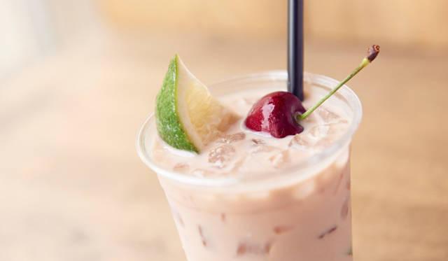 """Au Lait """"Style MAUVE""""「アサイーカフェオレ」<br>濃縮したハリアーブレンドに、アサイージュースとミルク、そしてライムのゼスト(皮)を融合させたシグネチャーコーヒー"""