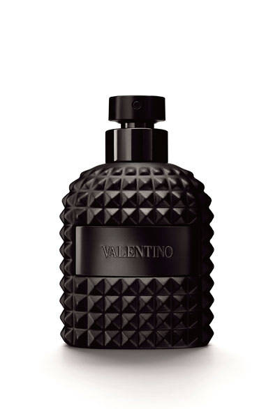 "<strong><a href=""/brand/valentino-fragrance"">VALENTINO|ヴァレンティノ</a></strong> <br /><br /> <strong>ヴァレンティノ ウオモから<br />存在感を放つ漆黒の限定ボトル登場</strong> <br /><br /> 不透明な漆黒、くっきりと力強いフォルム、影を操るプリズムカット。セクシーでエレガントなボトルデザインを採用した「ヴァレンティノ ウオモ ノワール エディション」が限定登場。圧倒的なオーラを放つ存在感もさることながら、なめらかな肌触りも特徴だ。調香師オリヴィエ・ポルジュが生み出したのは、伝統と現代のあいだを揺れ動く魅力的な香り。優雅なベルガモットと驚きのあるスパイスからはじまるトップノートに、わずかなギンバイカ、コーヒーとジャンドゥーヤクリームのトーンが花開く魅惑的なミドルノート。最後には、シダーやホワイトレザーなどのムスキーがやわらかなに包み込む。情熱的な香りを洗練されたバランスで表したスモーキーウッディアコードは、思わずうっとりとしてしまうほど。力強くて神秘的、そして危険なほどセクシーなリミッテッドエディションは要チェックだ。 <br /><br /> <strong>ヴァレンティノ ウオモ ノワール エディション オーデトワレ</strong><br /> 価格|1万4364円[100ml] <br /><br />  インターモード 川辺 フラグランス本部 <br /><span class=""text-freedialicon"">0120-000-599</span> <br />"