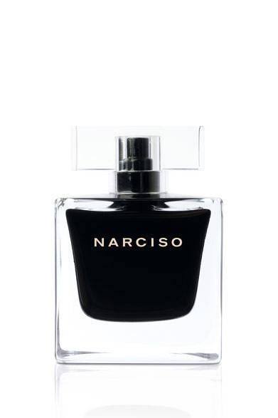 <strong>narciso rodriguez|ナルシソ ロドリゲス</strong> <br /><br /> <strong>新作「ナルシソ」は力強く誘惑し魅了する<br />官能的なフレグランス</strong> <br /><br /> ナルシソ ロドリゲスから、2014年に発表されたフレグランス「ナルシソ オードパルファム」の対になるあたらしい香り「ナルシソ オードトワレ」が誕生。「ナルシソ オードパルファム」がさりげなく魅了する力の美学を表現しているのに対し、新作「ナルシソ オードトワレ」は、抗いがたく明らかな官能性で魅了する力に注目。女性らしさのあたらしい側面を鮮やかな香りで表現している。トップノートはホワイトピオニーとブルガリアンローズが溶け合う、魅惑的なホワイトフローラルブーケからはじまる。そして透明感のあるムスクが香るミドルノートへと変化。ラストは、ブラックシダー、ホワイトシダー、エレガントなベチバーによる官能的なウッディノートが高まり周囲を魅了する。ボトルはオードパルファムと同じデザインながらも色調を反転。今回は文字をピュアホワイトで記載し、クリアなボトルキャップを採用することで神秘的な要素をあらたにくわえた。 <br /><br /> <strong>ナルシソ オードトワレ </strong><br /> 価格|1万1016円[50ml]、1万4256円[90ml] <br /><br />  ブルーベル・ジャパン(香水・化粧品)<br /> Tel. 03-5413-1070 <br />