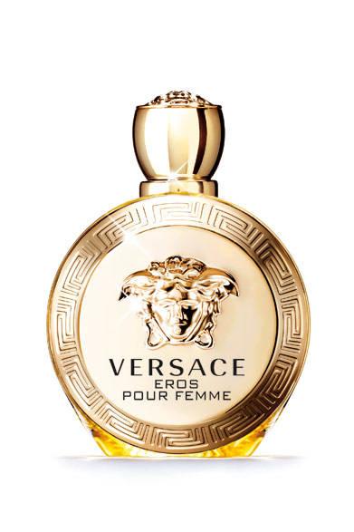 "<strong><a href=""/brand/versace-fragrance"">VERSACE|ヴェルサーチ</a></strong> <br /><br /> <strong>愛の神エロスがフレグランスに!<br />真実の愛を巡る情熱的な香り</strong> <br /><br /> ヴェルサーチのあたらしい伝説は、神エロスが真実の愛に巡り合ったときの情熱を想起させる「ヴェルサーチ エロス フェム オーデパルファム」。魅力、欲望、情熱を3段階のノートで表現。心そそられる煌びやかでフェミニンなフレグランスが誕生した。はじまりは、シチリアのレモンとカリブリアのベルガモットその輝きで惹きつけ、ジューシーで誘うようなポメグラネイトシードが魅了。そして、ジャスミン インフュージョンとジャスミン アブソリュートサンバックが真のフェミニニティを表現。ピオニーペタルがなめらかな印象を与えると同時に、レモンフラワーの香りがフローラルアコードをさらに高める。最後はセンシュアル ウッド、クリーミーなサンダルウッド、うっとりとするムスクの官能的なアコードが、思わず触れてしまいたくなるような衝動を引き起こす。パッケージはブランドDNAである神話のコードを盛り込んだラグジュアリーなデザイン。ボトルには黄金のメデューサが輝き、まるでファインジュエリーのような佇まいに仕上げた。 <br /><br /> <strong>ヴェルサーチ エロス フェム オーデパルファム </strong><br /> 価格|9180円[30ml]、1万2960円[50ml]、1万7280円[100ml] <br /><br />  インターモード川辺 フレグランス本部 <br /> <span class=""text-freedialicon"">0120-000-599</span> <br />"