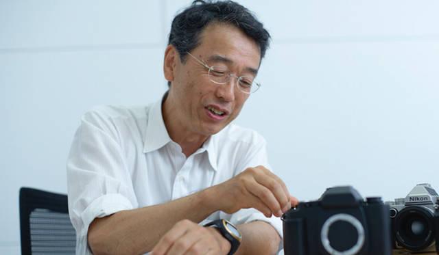 ニコンフェロー 映像事業部 後藤研究室 兼  第一マーケティング部 マーケティング課の主任研究員・三浦康晶さん。「Df」の開発を当初から担当。手描きで設計をスケッチし、モックアップも手作りしたという
